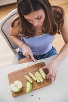 jonge vrouwelijke snijden apple.image van bovenaf.
