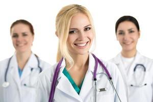portret van jonge blonde vrouwelijke arts foto