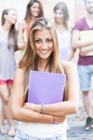 jonge vrouwelijke student op de campus foto
