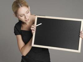 vrouwelijke leraar met bord en krijt