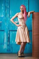 freaky jong vrouwelijk model dat korset draagt