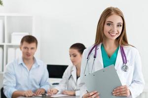 portret van glimlachende vrouwelijke geneeskunde arts foto