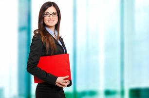 lachende vrouwelijke manager in haar kantoor foto