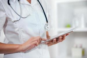 vrouwelijke arts met behulp van digitale tablet in het ziekenhuis foto