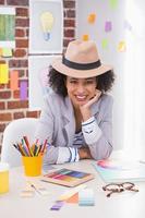 portret van vrouwelijke interieur ontwerper aan balie foto