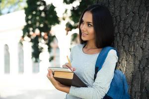 portret van een doordachte vrouwelijke student foto