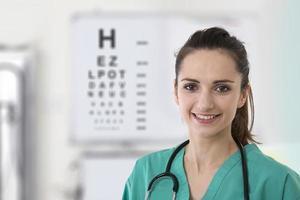 vrouwelijke verpleegster met een oogtestkaart. foto