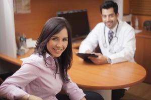 schattige vrouwelijke patiënt op het kantoor van de dokter foto