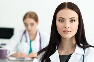 portret van mooie brunette vrouwelijke geneeskunde arts foto