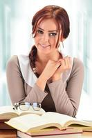 jonge vrouw die een boek leest. vrouwelijke student leren foto