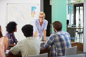 vrouwelijke manager die brainstormvergadering in bureau leidt