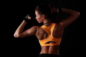 jonge aantrekkelijke vrouwelijke fitness model poseren foto