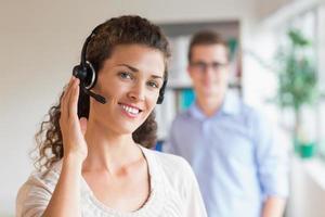 vrouwelijke klantenservice die hoofdtelefoon draagt foto