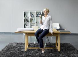 vrouw in het kantoor foto
