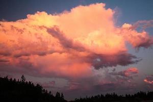 wolken bij zonsondergang foto