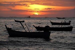 boot bij zonsondergang foto