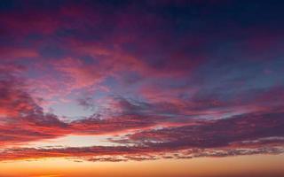 prachtige zonsondergang wolken foto