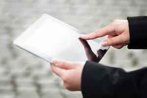 zakenvrouw met behulp van digitale tablet buitenshuis foto