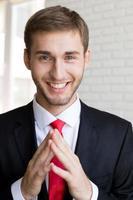 lachende knappe zakenman