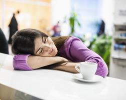 jonge zakenvrouw slapen aan de balie in kantoor foto