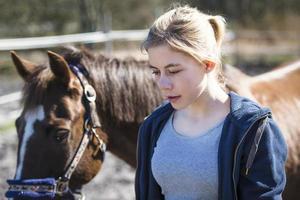 meisje met een paard foto