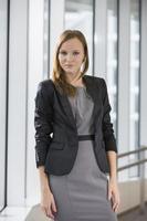 portret van mooie zakenvrouw permanent in kantoor foto