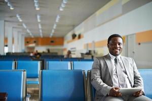 zakenman in luchthaven foto
