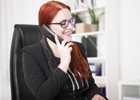 jonge zakenvrouw bellen foto