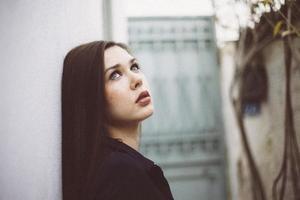 jonge vrouw die blauwe kleding draagt foto
