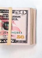 gevouwen prop vijftig dollarbiljetten amerikaans geld contant betaalmiddel foto