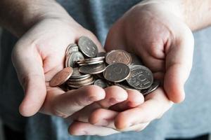 vijf roebel munt in handen van de mens foto