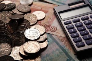 handvol Russische roebels met rekenmachine foto