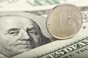 Russische roebel tegen de achtergrond van dollars foto