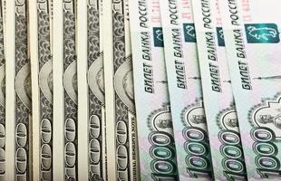 Amerikaanse dollars en Russische roebels foto