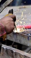 gevaarlijk lassen zonder beschermende werkkleding foto