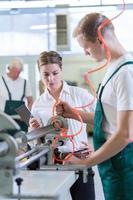 controle van werknemers in het productiecentrum foto