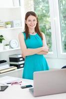 jonge vrouw poseren in het kantoor foto