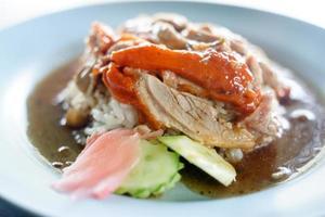 rode geroosterde eend op gestoomde rijst foto