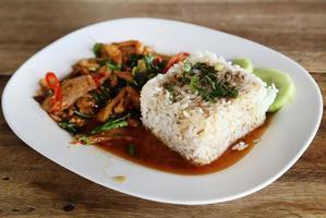 gebakken varkensvlees met zoete basi en witte jasmijn plakkerige rijst