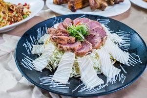 saladefilet gerookte eend met abalone plakjes foto
