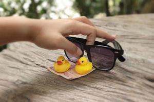 gele badeend en zwarte zonnebril foto