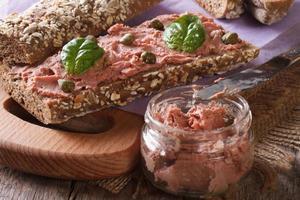 sandwich met pastei, kappertjes en basilicum close-up horizontaal foto