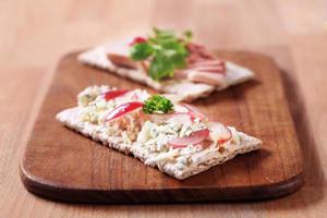 knäckebröd met blauwe kaas en paté foto