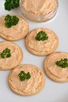 crackers met paté ondiepe dof foto