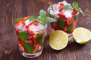 vers gemaakte aardbeienmojito's. foto