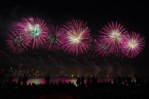 vuurwerk boven de rivier foto