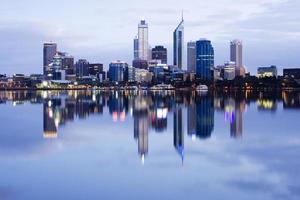perth skyline weerspiegeld in de rivier de zwaan foto
