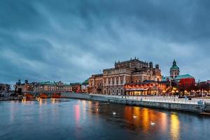 verlichte koninklijke opera van Stockholm in de avond, Zweden