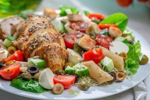 close-up van zelfgemaakte Caesar salade met verse groenten foto