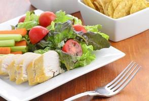 kip met salade foto